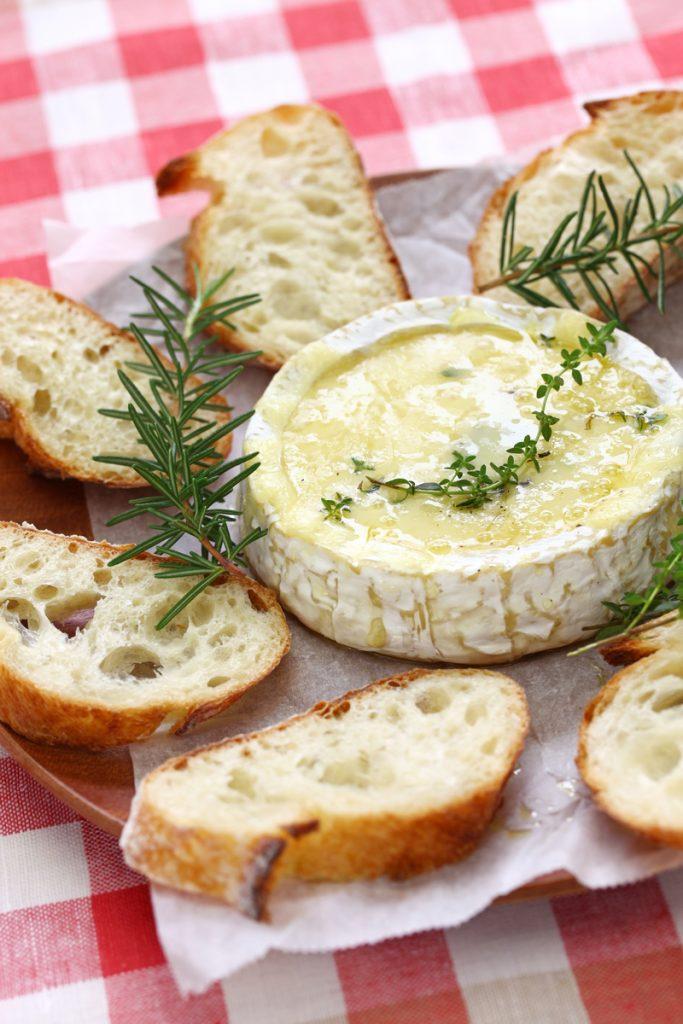 baked-camembert-cheese-fondue-PA6AKT6-1-683x1024 Receitas